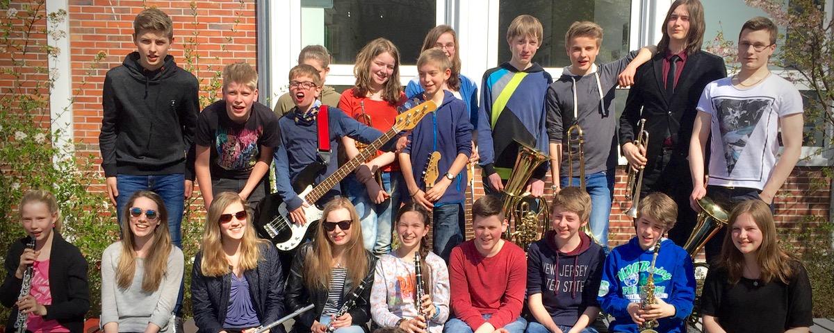 GAG-X-Brass Spielt Vor Vollem Haus