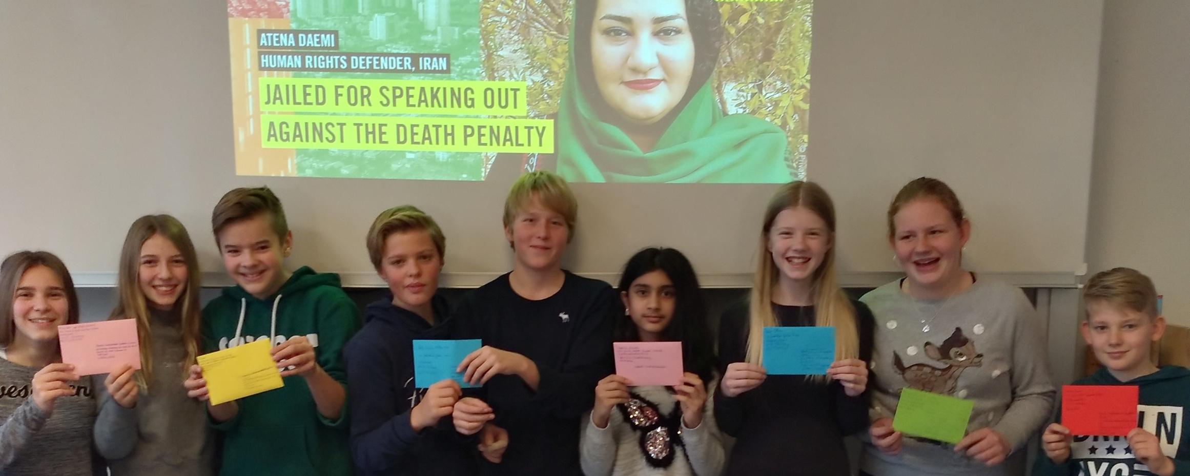 Influencer Mit Stift Und Papier – GAG-Schüler Nehmen Am  Amnesty-Briefmarathon Teil
