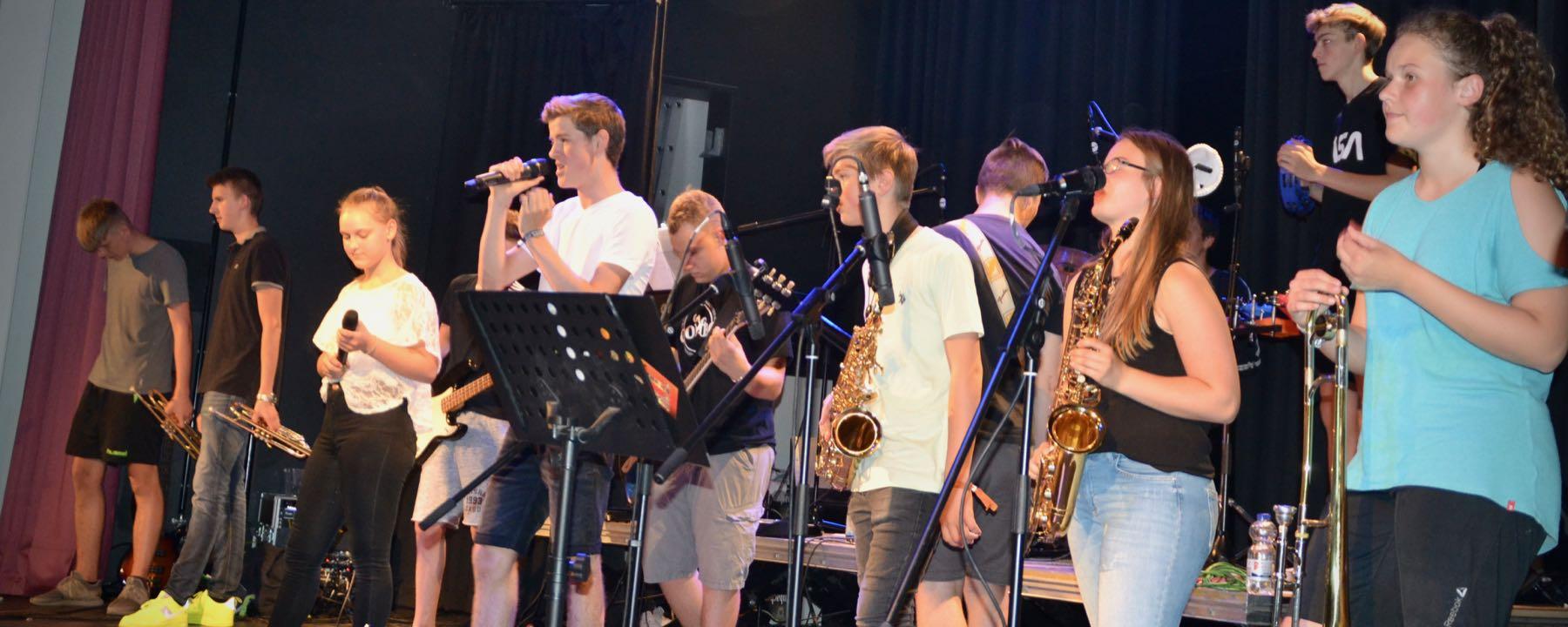 GAG-Combos School's-Out-Aufführung Als Synonym Für Begeisterung